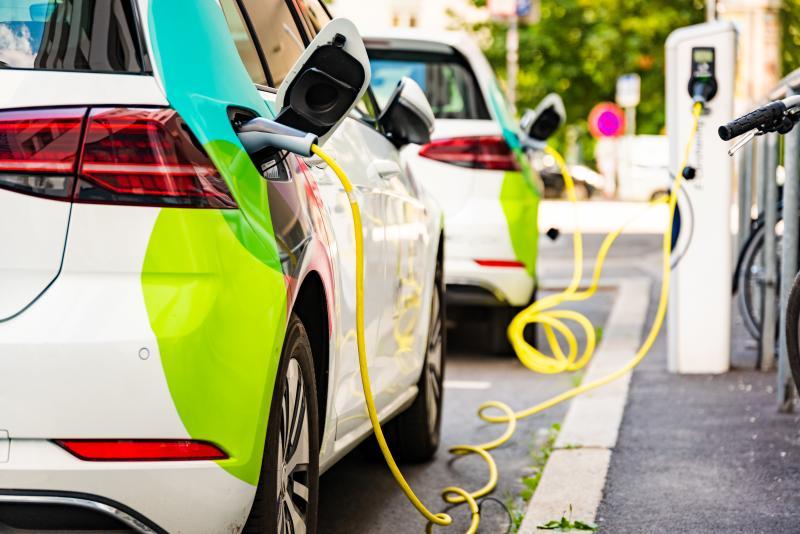 Зареждане на електрически автомобил