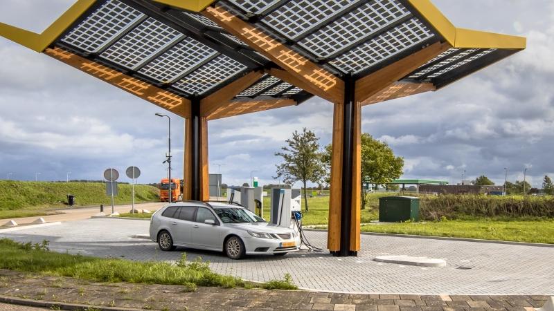 паркинг за автомобил на батерии EV